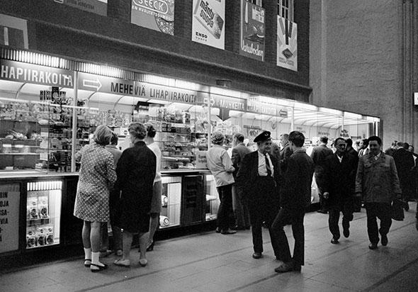 Ihmiset jonottavat lihapiirakoita Helsingin päärautatieasemalla