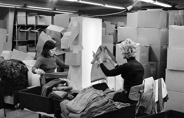 Naiset tarkastavat sukkahousujen laatua sukkahousutehtaassa
