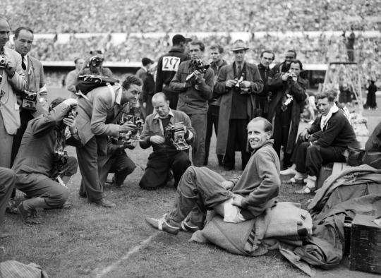 Valokuvaajat ympäröivät Emil Zatopekia vuoden 1952 olympialaisissa Helsingissä