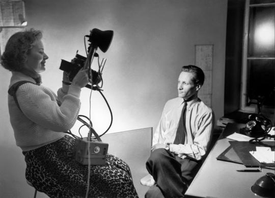 Lehtikuvan Holger Eklund ja Doris Alén kuvattuna ilmeisesti vuonna 1953. Eklund oli valokuvaaja, ja yli 30 vuoden uran Lehtikuvassa tehnyt Alén päätyi alkujaan yritykseen töihin valokuvalaboranttihaun kautta. Lehtikuva / kuvaaja tuntematon